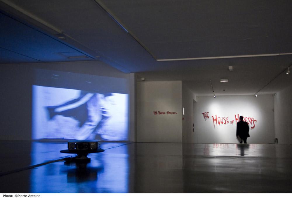 """Sturtevant Installation Musée d'Art Moderne /Arc de la ville de Paris 2010 """"Dillinger Running Series"""" 2000 Betacam SP PAL 4/3 Video on rotating platform RT: 26min Photo: Pierre Antoine"""