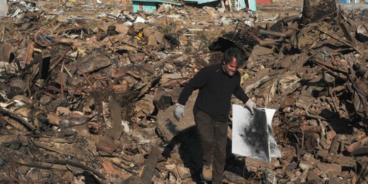 03:34:17, Dichato. 2010 Papel y escombros Medidas Variables
