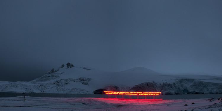 Gran Sur, 2011 Base Antártica Arturo Prat, Isla Greenwinch. Tubo de neón, estructura de madera, cable, aluminio y generador de energía. Medidas variables.