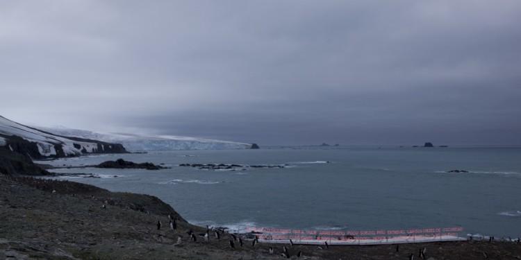Gran Sur, 2011 Isola Elefante, Antartica Tubo al neon, legno, alluminio e generatore di corrente Dimensioni variabili