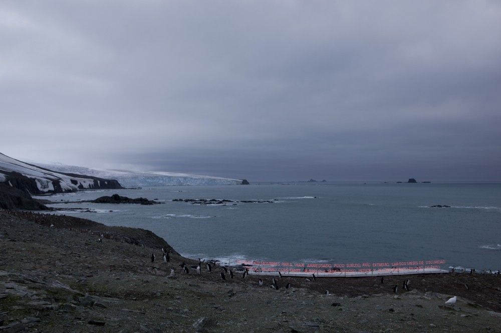 Gran Sur, 2011 Isola Elefante, Antartica Tubo al neon, legno, allumio e generatore di corrente Dimensioni variabili