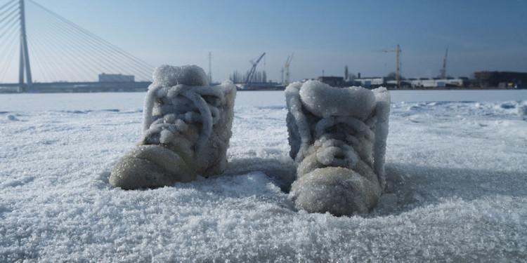 Sigalit Landau Salt Crystal Shoes on a Frozen Lake, Gdansk 2011 Still Video with sound, 11''04' © Sigalit Landau Courtesy the artist, kamel mennour, Paris
