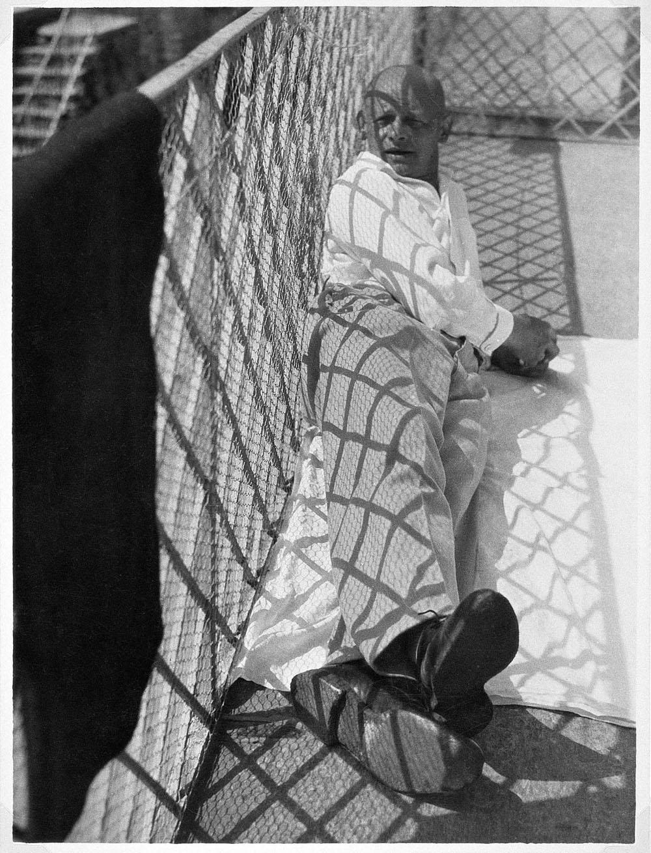 MOHOLY-NAGY László Oskar Schlemmer in Ascona, 1926 Gelatin silver print Author's vintage print, 23.5 x 17.4 cm Collection of Tokyo Metropolitan Museum of Photography, Tokyo ©Hattula Moholy-Nagy/VEGAP 2011