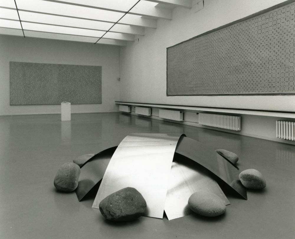 Alighiero Boetti Panettone (Pietre e lamiere), 1967/1993 4 lastre di alluminio e 8 sassi di fiume / 4 aluminium sheets and 8 river stones diametro / diameter 200 cm Museum of Art Lucerne