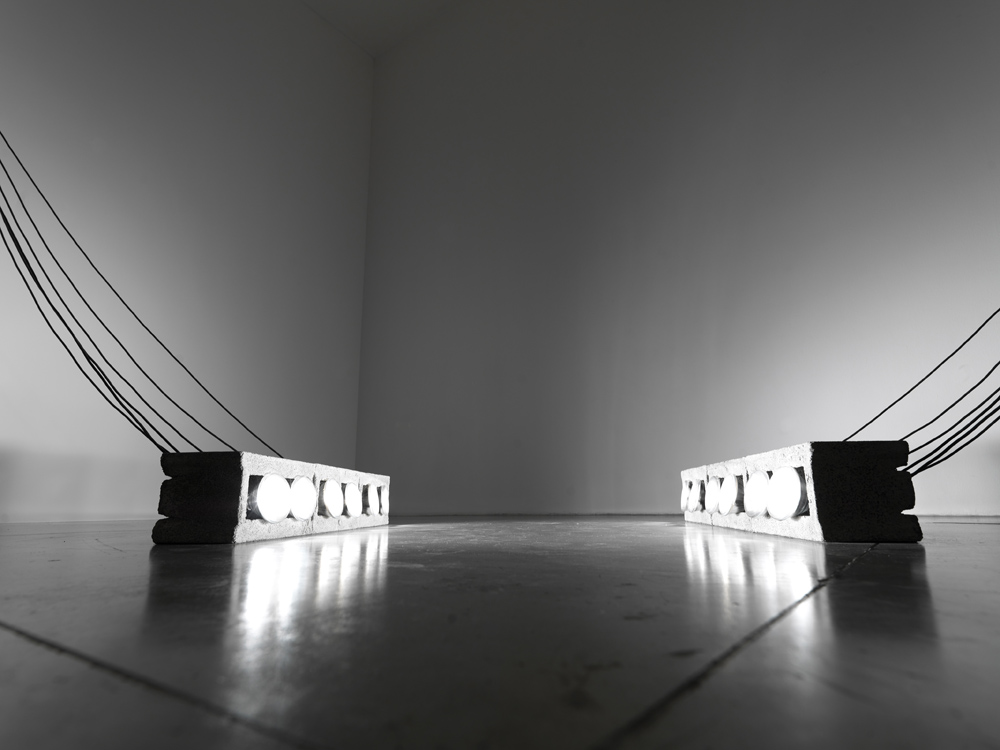 Gilberto Zorio Luci, 1968 8 blocchi di cemento, 12 lampade, cavi elettrici / 8 concrete blocks, 12 lamps and electric wires dimensioni variabili/variable dimensions Collezione dell'artista/Collection of the artist Photo© Michele Sereni