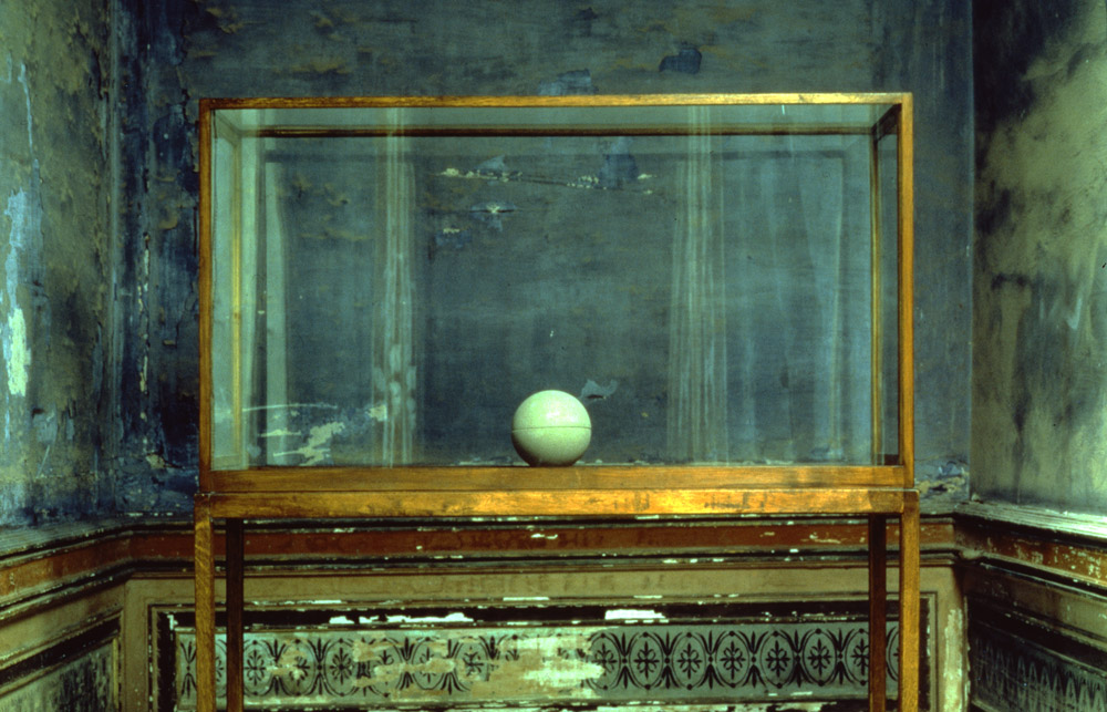 James Lee Byars The Spherical Book (Il libro sferico), 1981- 83 pietra arenaria di Berna, legno, vetro / Berne sandstone, wood, glass scultura / sculpture, Ø 27 cm); vetrina / display case, 175 x 146 x 46 cm Castello di Rivoli Museo d'Arte Contemporanea, Rivoli-Torino foto / photo Paolo Pellion