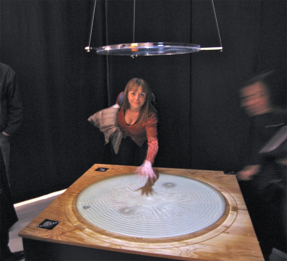 Raffaela Losapio suona tamburo di pelle alla mostra WOMEN AND THEIR SKIN. (PELLE DI DONNA) - Milan Triennale