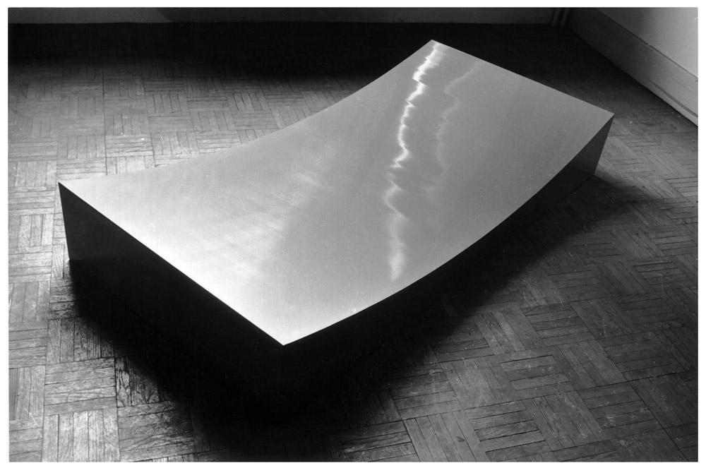 Gina Pane - Hyde Park Gazon [Hyde Park Prato], 1965-1966. Ferro zincato dipinto, 15 x 130 x 60 cm. Collezione Denis Coutrot