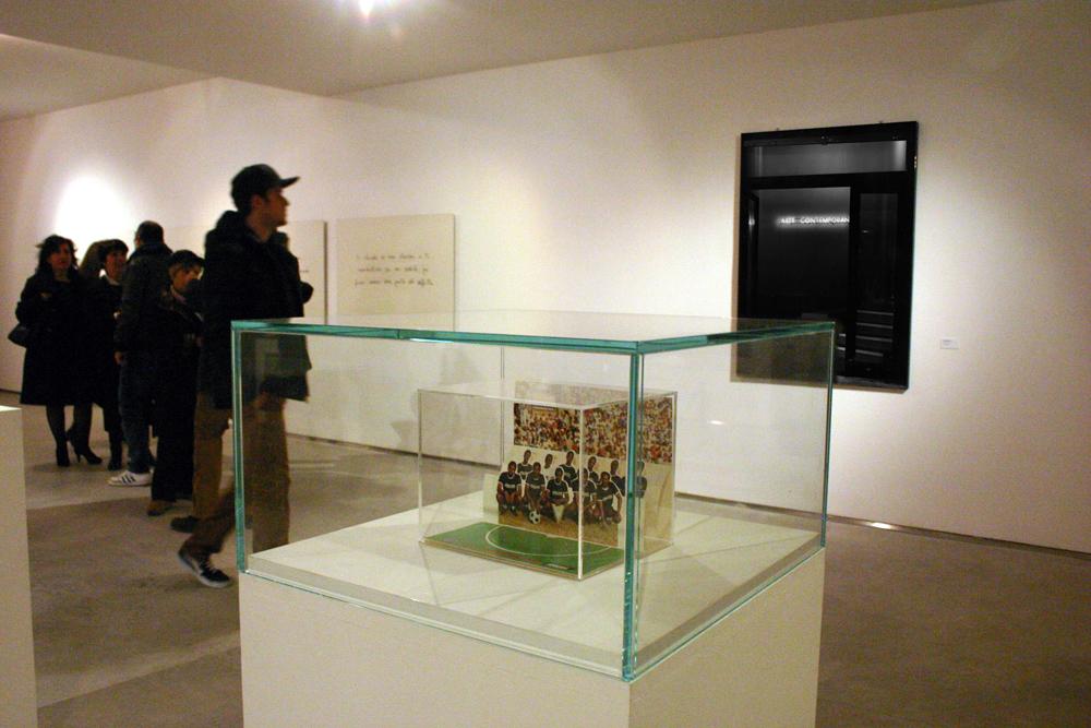 Foto dell'inaugurazione (in primo piano un'opera di Maurizio Cattelan. in fondo un'opra   di Nello Teodori, sulla sinistra un'opra di Cesare Viel.