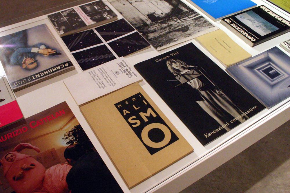 Libri e cataloghi storici esposti in mostra.
