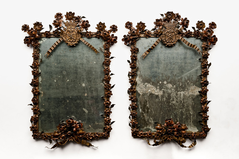 Coppia di piccole specchiere Probably northern Italy, last quarter of XVIII century Wrought iron, cold paint traces in red and green. Original quicksilver mirrors 81 x 51 cm Alberto & Michele Subert, Milano