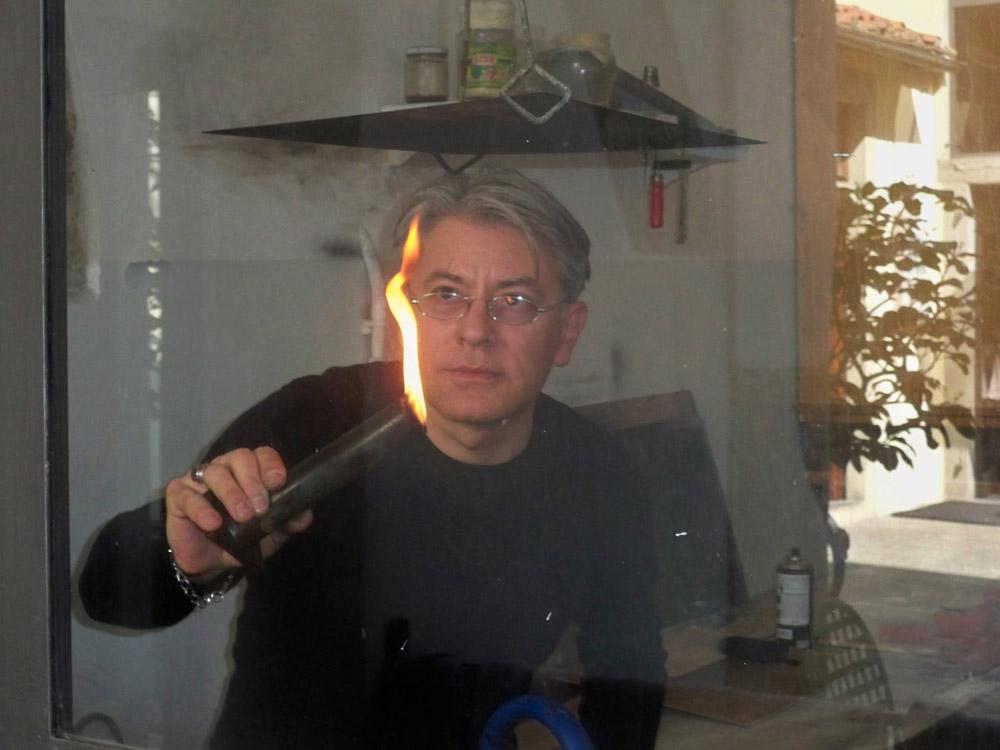 Donato Di Zio mentre affumica la lastra di rame dell'acquaforte Pelagocentonovantadue nel laboratorio della Fondazione il Bisonte, Firenze, 2010. Foto Carmeli-Belli