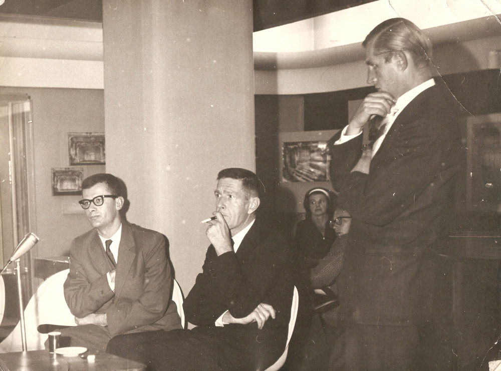 Mirko Chvojka: John Cage a prágai Zeneszínházban (František Fröhlich, Vladimír Lébl társaságában), 1964. szeptember 23. Eva Léblova jóvoltából Mirko Chvojka: John Cage at the Theatre of Music in Prague (with František Fröhlich, Vladimír Lébl) September 23rd, 1964. Courtesy of Ms. Eva Léblová