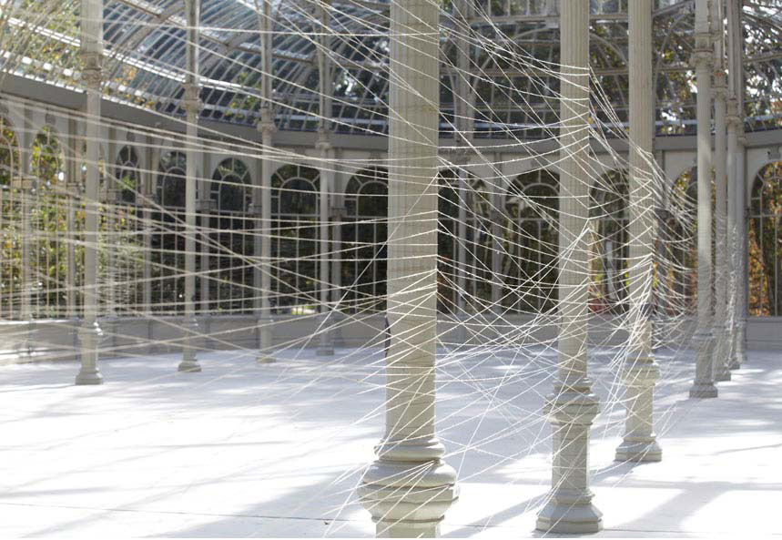 """Vista de la installación de Jiří Kovanda, """"Dos anillos dorados"""" en el Palacio de Cristal - Fotografía: Joaquín Cortés/Román Lores - Museo Nacional Centro de Arte Reina Sofía. 2012"""