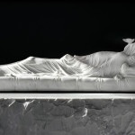 Gisant (Elizabeth Crosby), 2012, marbre de Carrare, 270 x 185 x 128 cm