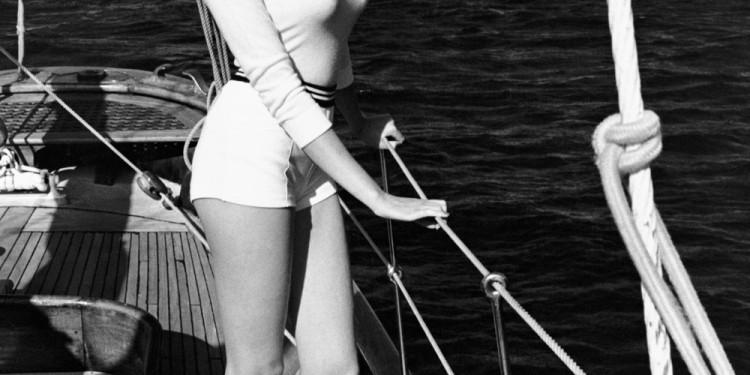 Immagine 4 Helmut Newton Winnie al largo della costa di Cannes, 1975 dalla serie White Women © Helmut Newton Estate