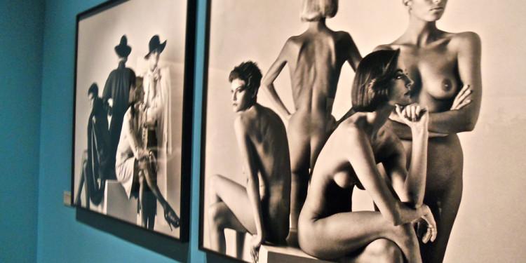 Untitled (women sitting, dressed) Parigi 1981 - Helmut Newton, Palazzo delle Esposizioni, Roma 2013