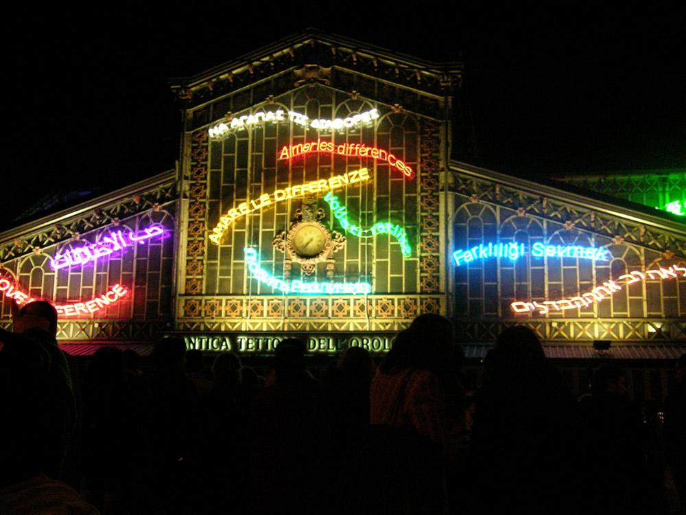 Amare le differenze Installazione sulla facciata dell'Antica Tettoia dell'Orologio, Piazza della Repubblica, Torino, 2005, neon in diversi colori, foto: P. Pellion