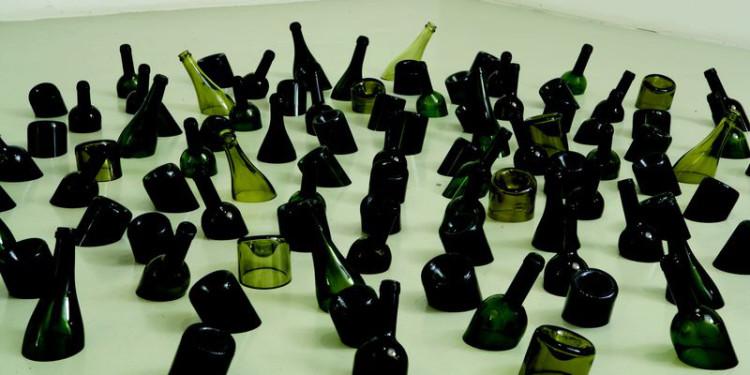 Mona Hatoum Drowing Sorrow (wine bottles), 2004 Vetro / Glass 15 x 200 cm Collezione Pier Luigi e Natalina Remotti Photo: Ela Bialkowska Courtesy GALLERIA CONTINUA, San Gimignano / Beijing / Le Moulin