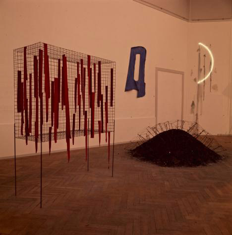 "Veduta della mostra ""When Attitudes Become Form"" Da sinistra a destra: opere di Reiner Ruthenbeck, Richard Tuttle e Keith Sonnier Kunsthalle Berna, 1969 Courtesy The Getty Research Institute, Los Angeles (2011.M.30) Foto: Balthasar Burkhard © J. Paul Getty Trust"