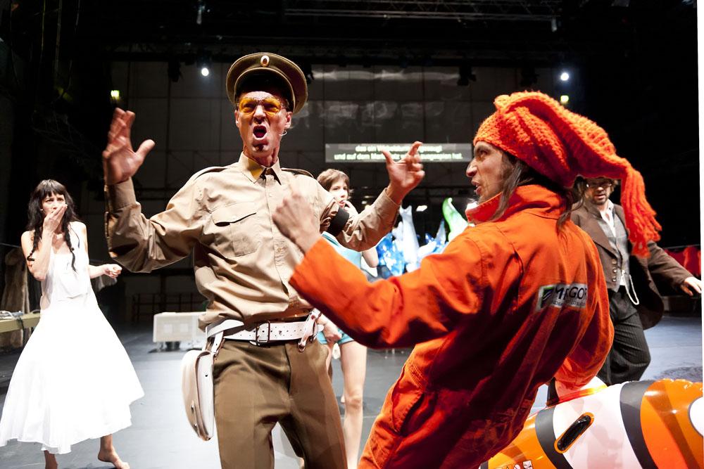 """Theaterperformance """" Marketplace """" von Jan Lauwers und der Needcompany in der Jahrhunderthalle Bochum im Rahmen der Ruhrtriennale 2012"""