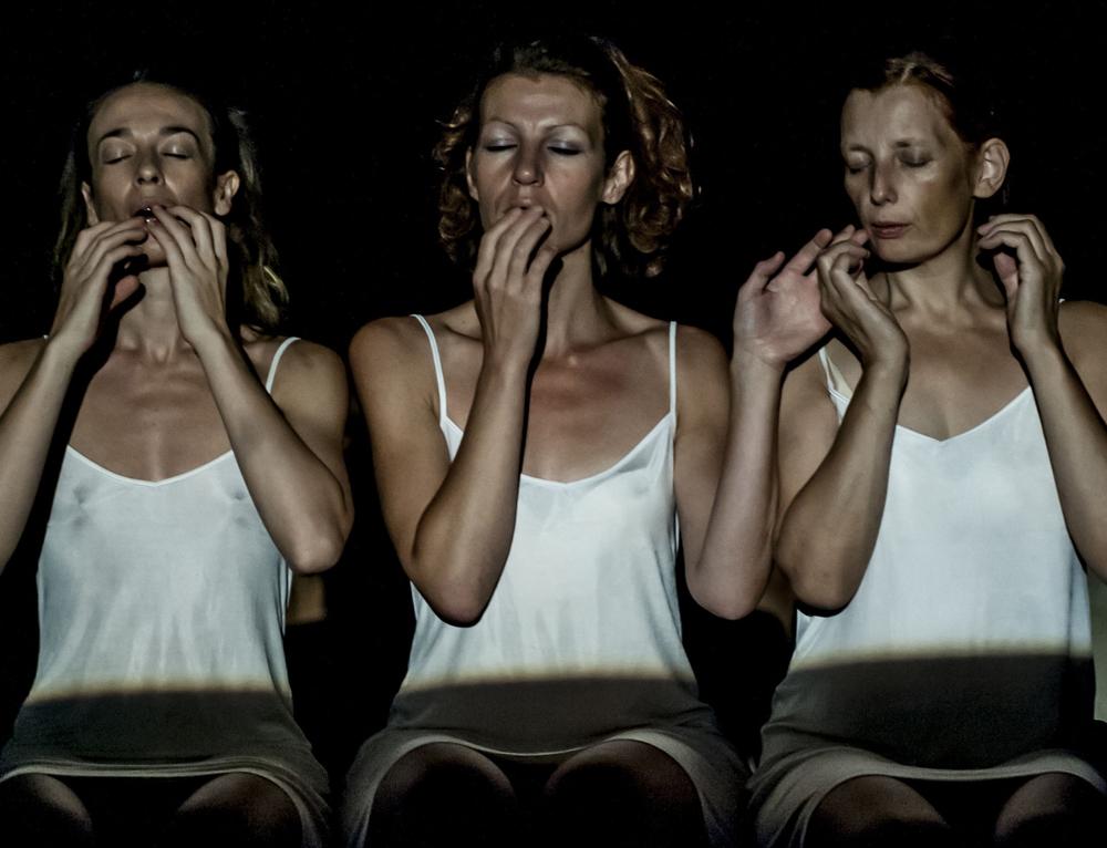 Lucrezia Valeria Scardigno, Maria Cristina Nicoli e Sigrid Elisa Plessnig in Die Schlafenden, 2013 (foto Lidia Crisafulli)