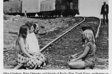 Allen Ginsberg, Peter Orlovsky és a Rocky Flats Truth Force pártfogói feltartóztatnak egy vonatrakománynyi hasadóanyagot 1978. július 14-én; a Plutonikus óda keletkezésének ideje © Fotó: Steve Groer, Rocky Mountain News Allen Ginsberg, Peter Orlovsky and friends of Rocky Flats Truth Force, thwarting trainload