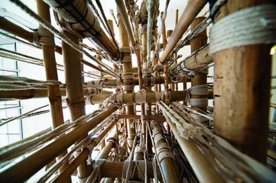 Venu, 2012, bambou, corde, goudron, circuits électroniques interactifs, dimensions variables