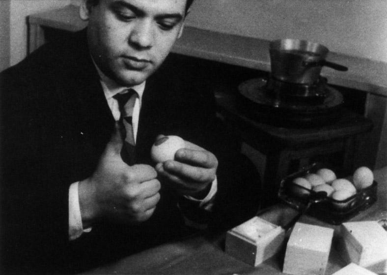 Piero Manzoni durante le riprese del cortometraggio Uova presso lo studio del filmgiornale S.E.D.I., Milano 1960 Fotografie di Giuseppe Bellone (filmato di Gianpaolo Macentelli)