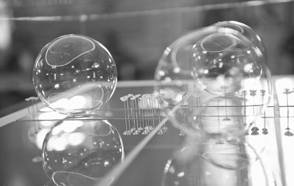 Luisa Mazza_Divenire, (particolare installazione), vetro soffiato, acciaio, plexiglass, cm 220x120x80, 2014