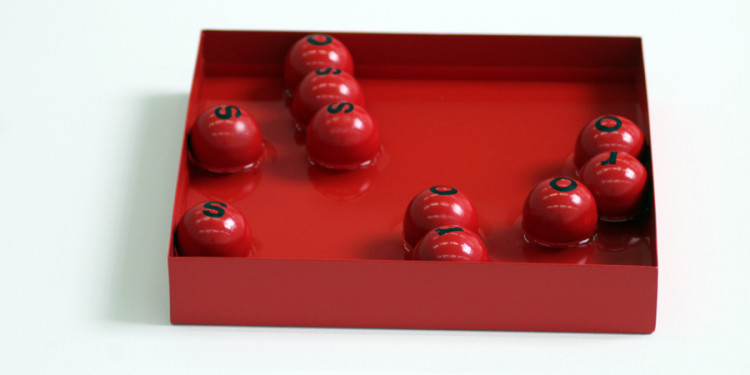 Maurizio Nannucci, Rosso Poema Idroitinerante, 1966, Scatola in meteriale metallico, 10 sfere in plastica, acqua, cm 4 x 25 x 25 (scatola) ø cm 3,4 (sfere)