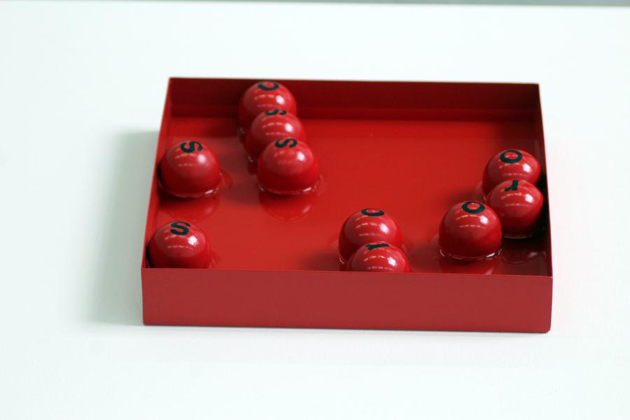 Maurizio Nannucci Rosso Poema Idroitinerante, 1966 Scatola in meteriale metallico, 10 sfere in plastica, acqua Cm 4 x 25 x 25 (scatola) ø cm 3,4 (sfere)