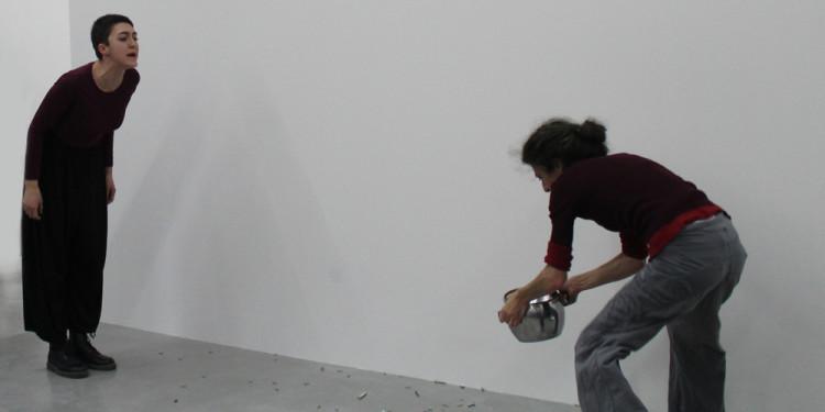 Simone Forti, Censor, 1961 Performance Due persone, pentola di metallo, viti, audio