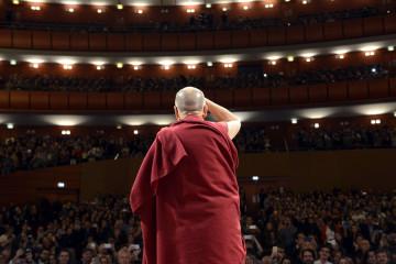 02. Il Dalai Lama saluta gli studenti al Teatro degli Arcimboldi