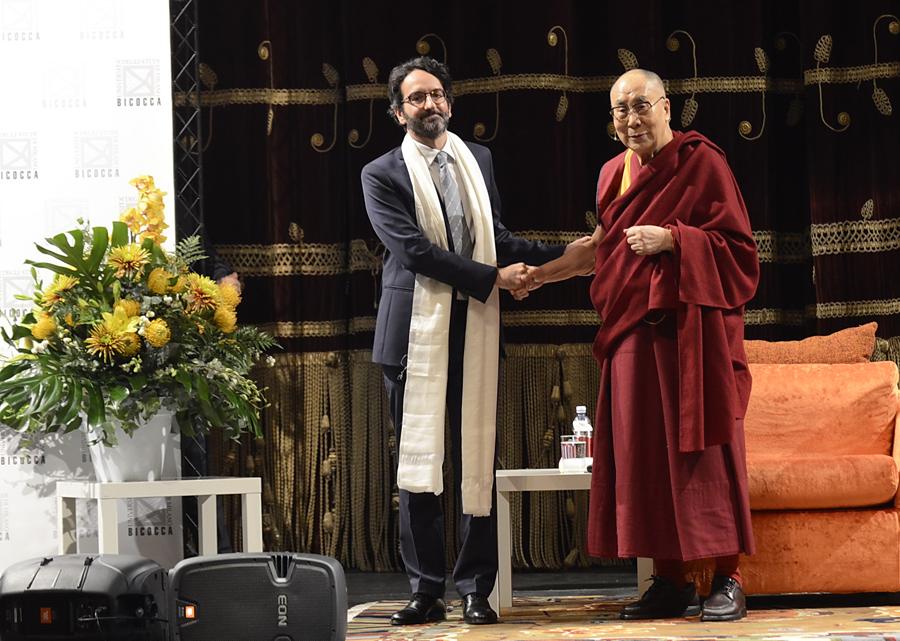 03. Il Dalai Lama dona la Sciarpa della Tradizione a Lamberto Bertolé