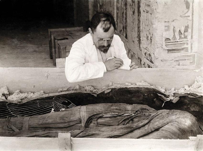 Victor Loret copia le iscrizioni dalle bende della mummia di Amenofi III, 1898 (© Università degli Studi di Milano, Biblioteca e Archivi di Egittologia) [Nr archiv.: 221]