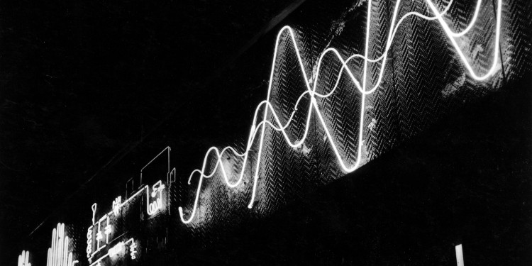 Kepes György: Boston, a Radio Shack üzlet portálját díszítő neonembléma, 1949–1950/György Kepes: Kinetic outdoor neon light mural for Radio Shack, Boston, 1949-1950