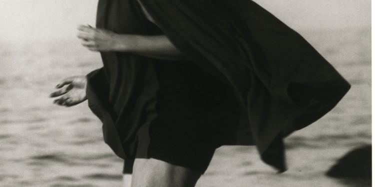 Martin Munkácsi: Lucile Brokaw Long Island Beach-en. 1933. Az F.C. Gundlach gyűjtemény tulajdona. / Martin Munkácsi: Lucile Brokaw on Long Island Beach, 1933. courtesy: F.C. Gundlach Collection