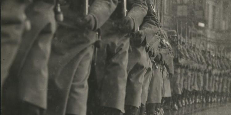Martin Munkácsi: Potsdam Nap - A Reichswehr felvonul. Potsdam, 1933. március 21. Az ullstein bild tulajdona. / Martin Munkácsi: Tag von Potsdam - the deployment of the armed forces. Potsdam, 21 March 1933. Courtesy: ullstein bild
