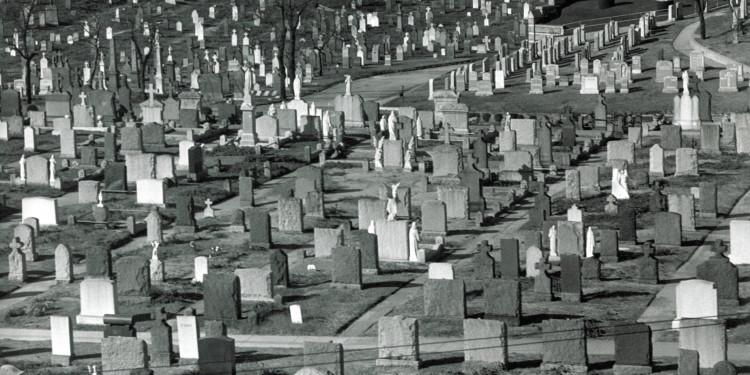 Martin Munkácsi: New York terjeszkedik – New York külvárosa. 1955 körül. A Martin Munkácsi hagyaték tulajdona. / Martin Munkácsi: Working toward a Greater New York - Greater New York. About 1955. Double page spread on cardboard. Courtesy: The Estate of Martin Munkacsi