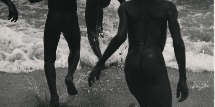 Martin Munkácsi: Néger fiúk a Tanganyika tavon. Libéria, 1930 körül. Az ullstein bild tulajdona. / Martin Munkácsi: Boys running into the surf at Lake Tanganyika, Liberia about 1930. Courtesy: ullstein bild.