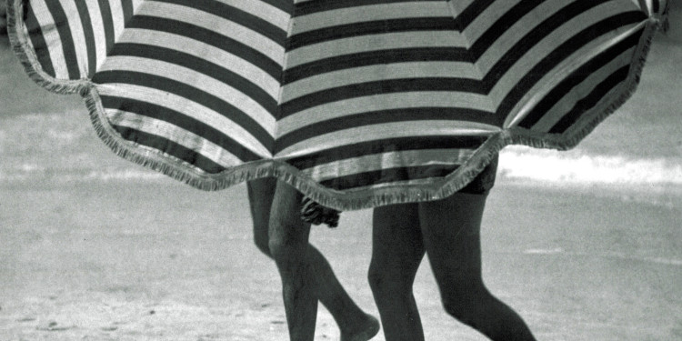 Martin Munkácsi: Greta Garbo nyaral. 1932 körül. Az ullstein bild tulajdona. / Martin Munkácsi: Greta Garbo on holiday. About 1932. Courtesy: ullstein bild