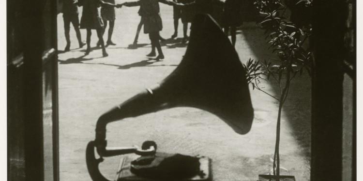 Martin Munkácsi: Játszóóra az udvaron. Budapest, 1923. A Martin Munkácsi Gyűjtemény tulajdona. / Martin Munkácsi: Playtime in a backyard. Budapest, 1923. Courtesy: The Estate of Martin Munkacsi