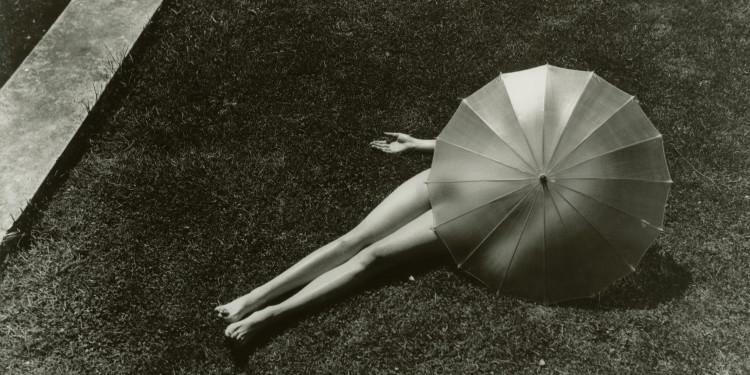 Martin Munkácsi: Akt napernyővel. 1935. A John Harper Esten Gyűjtemény tulajdona. / Martin Munkácsi: Nude with parasol. 1935. Courtesy: John Harper Esten Collection
