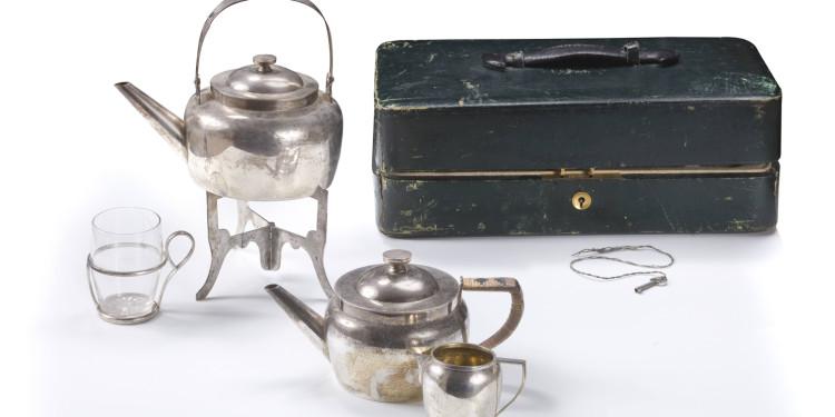 Servizio da viaggio per il tè Composto di 1- Piedistallo a tre bracci come supporto