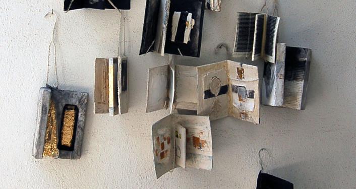 Salvatore Anelli, Libri muti, installazione ambiente: anno 2010, catrami, cartoni, pigmenti e cera e fil di ferro.