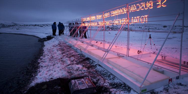 Gran Sur, 2011 Base Antartica Arturo Prat, Isola Greenwich. Tubo al neon, struttura in legno, cavo, alluminio e generatore di corrente.
