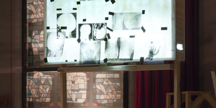 Eine Kirche der Angst vor dem Fremden in mir. Bühneninstallation des Fluxus-Oratoriums von Christoph Schlingensief im Deutschen Pavillon, Lichtkasten mit Röntgenbild Foto: (c) Roman Mensing, artdoc