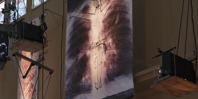 Eine Kirche der Angst vor dem Fremden in mir. Bühneninstallation des Fluxus-Oratoriums von Christoph Schlingensief im Deutschen Pavillon, Lunge vertikal Foto: (c) Roman Mensing, artdoc