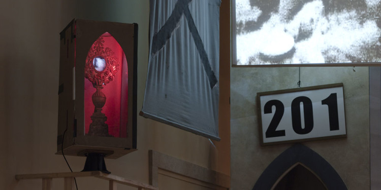 Eine Kirche der Angst vor dem Fremden in mir. Bühneninstallation des Fluxus-Oratoriums von Christoph Schlingensief im Deutschen Pavillon, Monstranz Foto: (c) Roman Mensing, artdoc